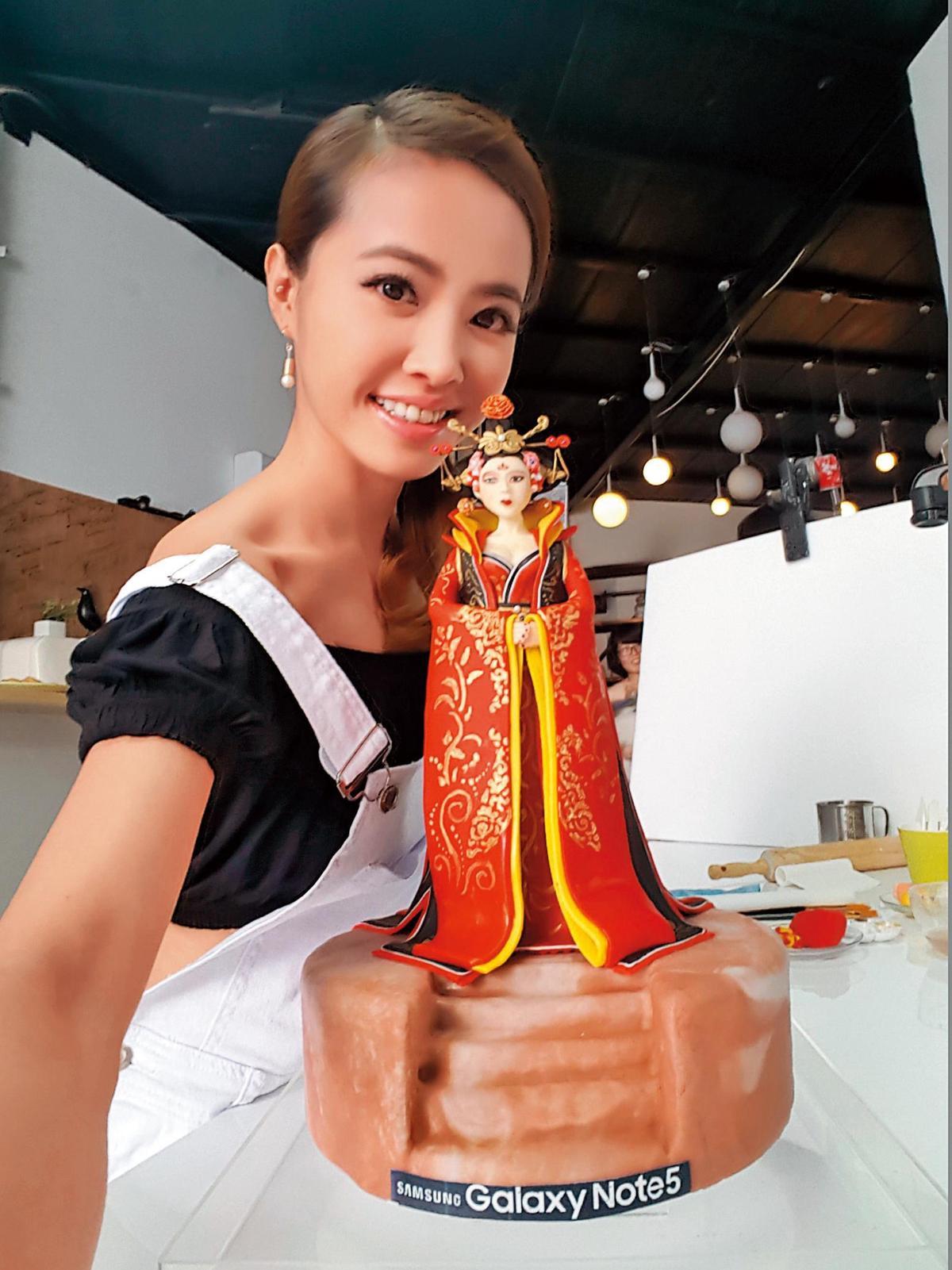 蔡依林把興趣變成專業,成為「皇后陛下」翻糖蛋糕創意總監,作出不少話題作品。(翻攝自蔡依林IG)