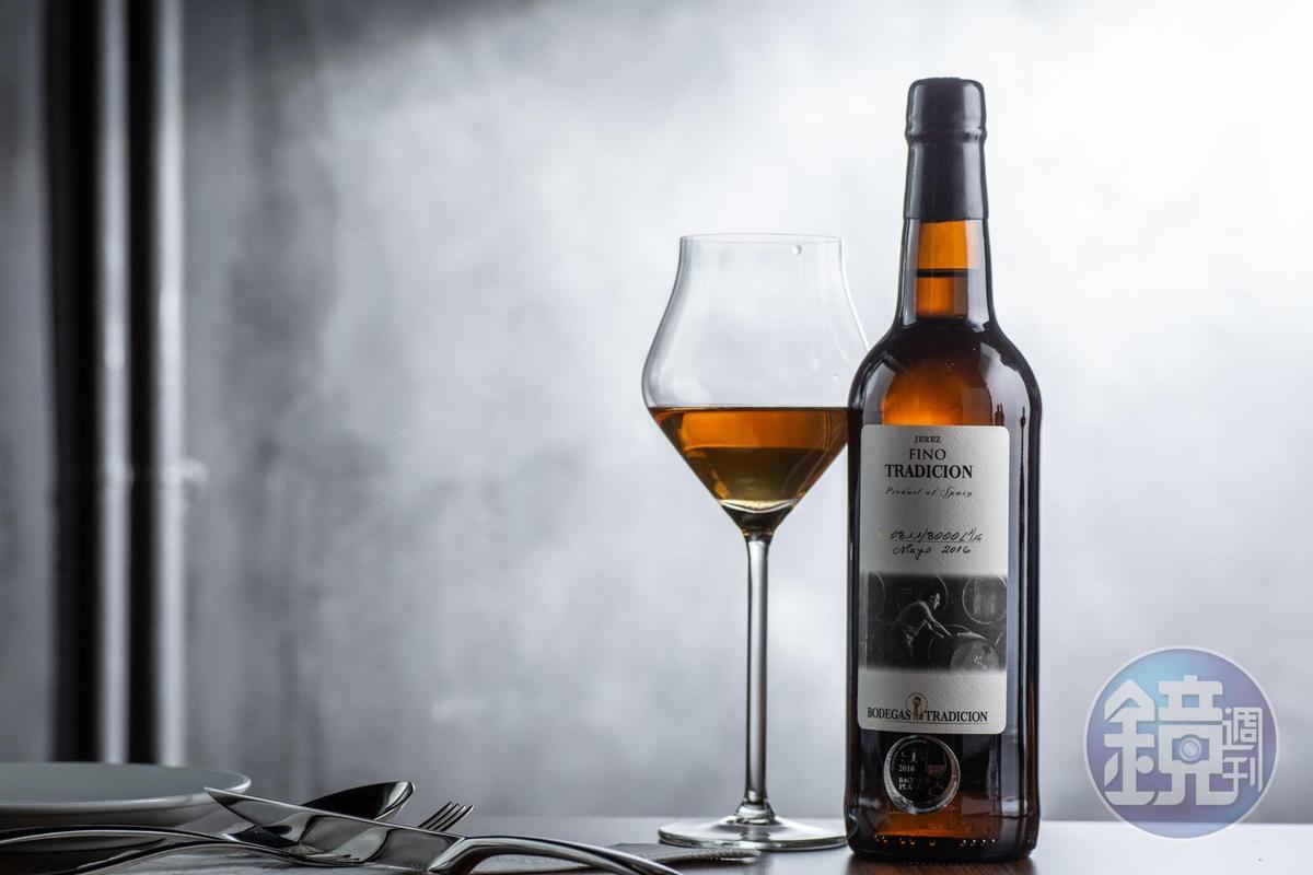 「傳說老菲諾 Bodega Tradicion Fino Viejo Tradición」來自350年歷史的雪莉酒莊,加入許多高年份老酒,味道更佳深沉。(2,300元/瓶)
