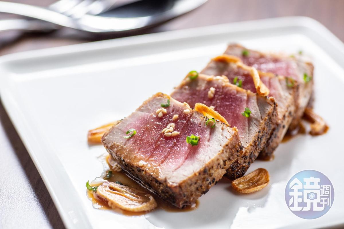 炙燒紅寶石鮪魚生魚片,搭配自製日式鰹魚醬油及烤蒜片。