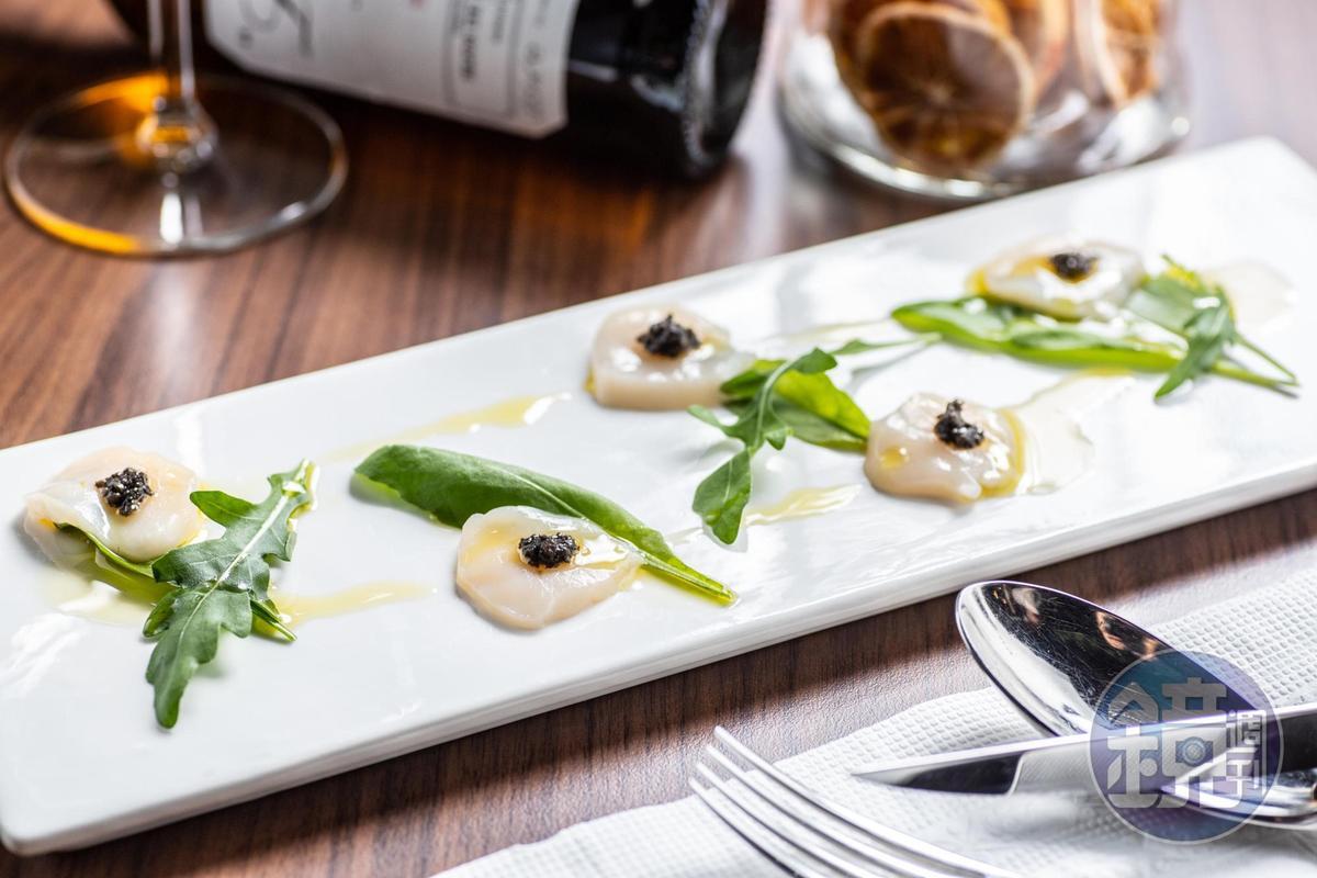 生食級干貝佐以橄欖油和松露菌菇醬,並以芝麻葉點綴其中,苦味與鮮味融合。