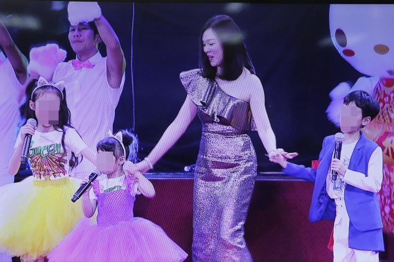 鴻海董事長夫人曾馨瑩為了感謝丈夫郭台銘及鴻海全體員工的辛勞,與3個子女特別表演當今夯歌「學貓叫」。(鴻海提供)