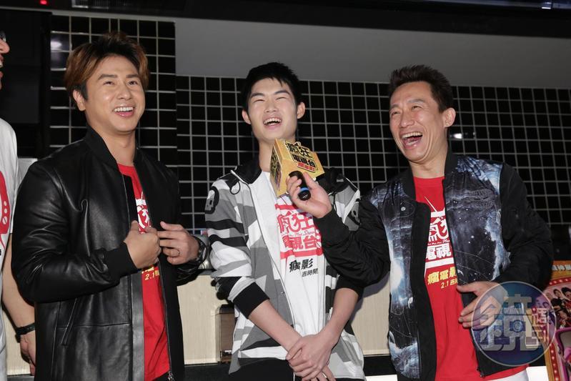 歐漢聲(左起)、郭子乾、郭德君,一起替《瘋狂電視台瘋電影》催票,前進戲院販賣部。