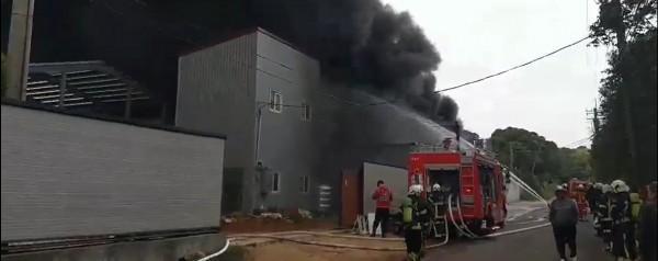桃園嘉里大榮貨運倉儲今(6)日驚傳大火,目前傳出2命危4受困。(翻攝畫面)