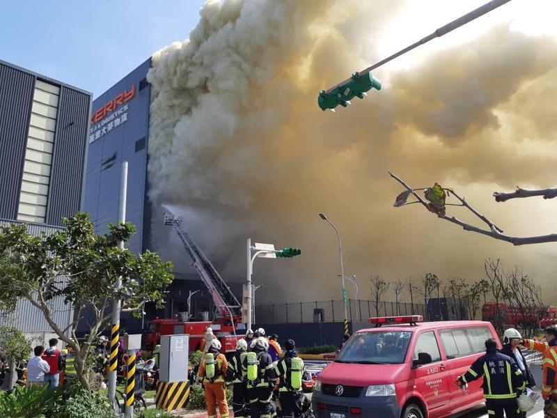 桃園市觀音區桃科二路的嘉里大榮貨運倉儲昨日發生大火。(翻攝畫面)