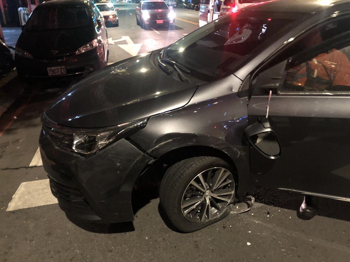 肇事的Altis轎車前輪也受損。(警方提供)