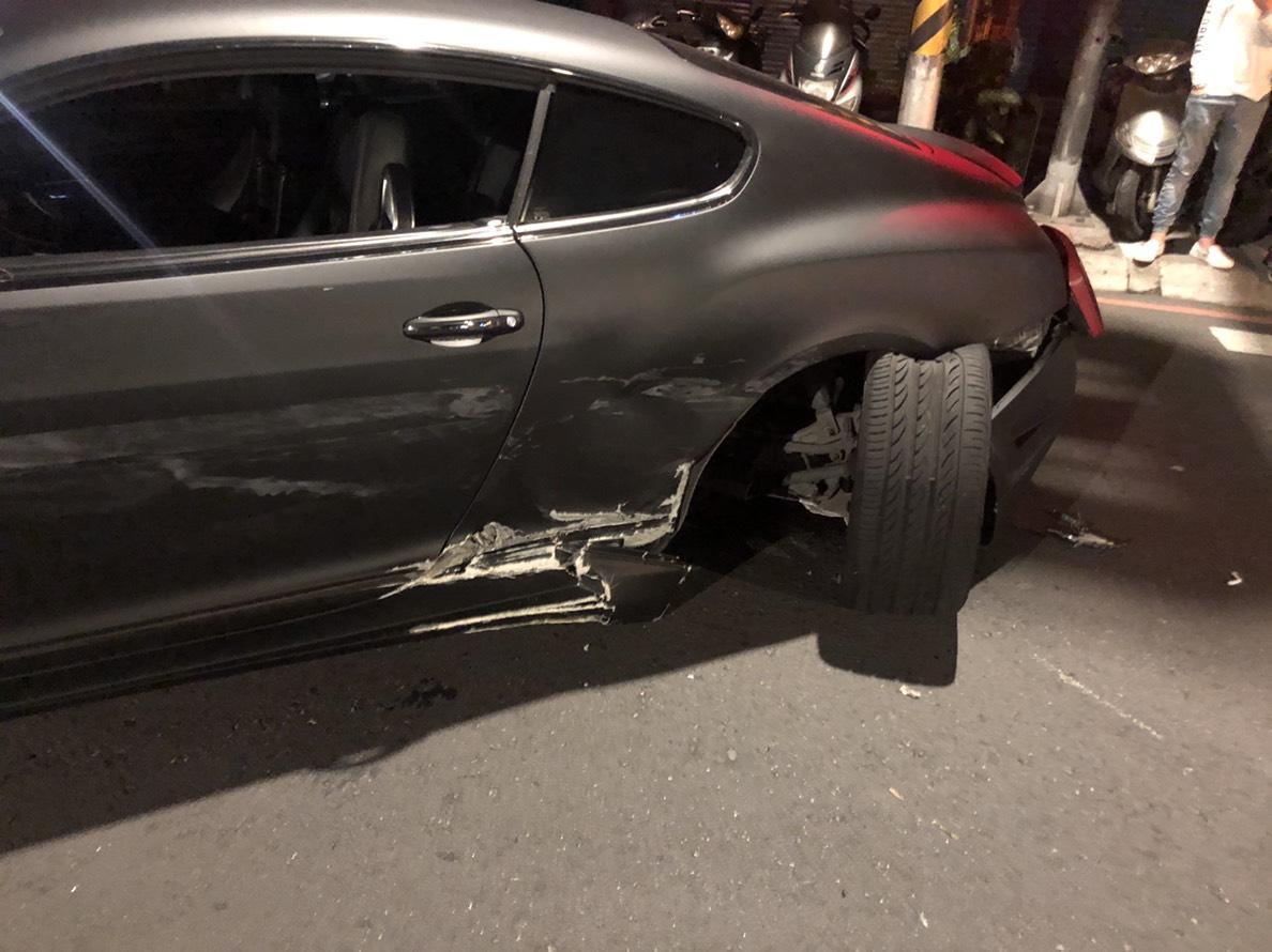 賓利後輪遭撞導致受損。(警方提供)