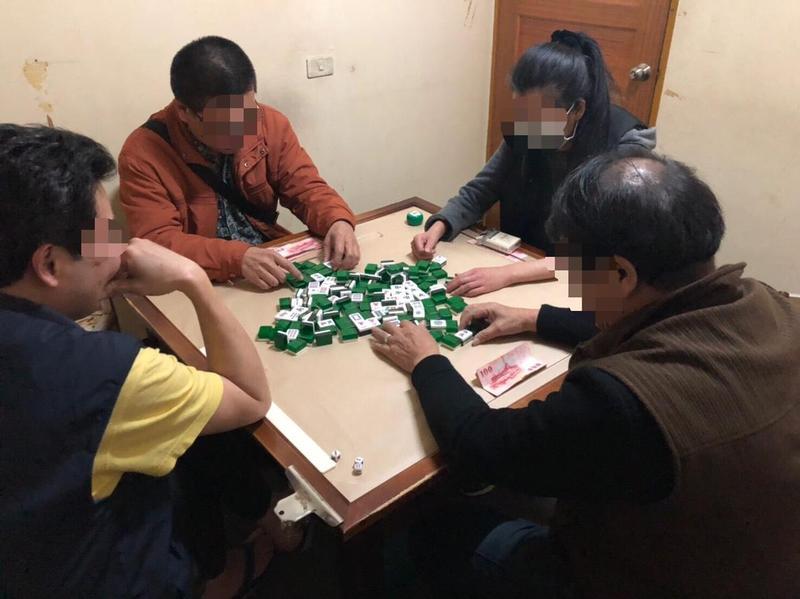 萬華分局警方在過年前查獲非法麻將場。(警方提供)
