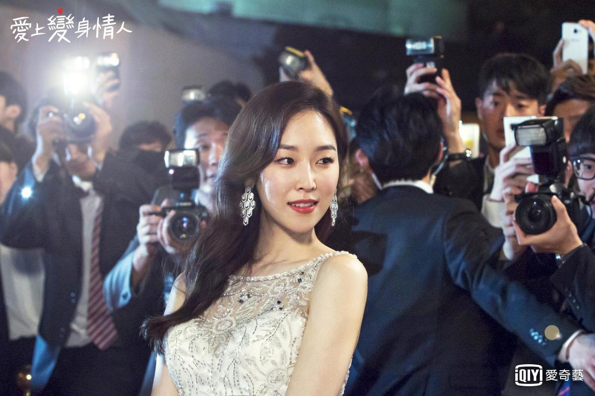 徐賢振在《愛上變身情人》穿遍華麗服裝,美得令人無法直視。(愛奇藝台灣站提供)
