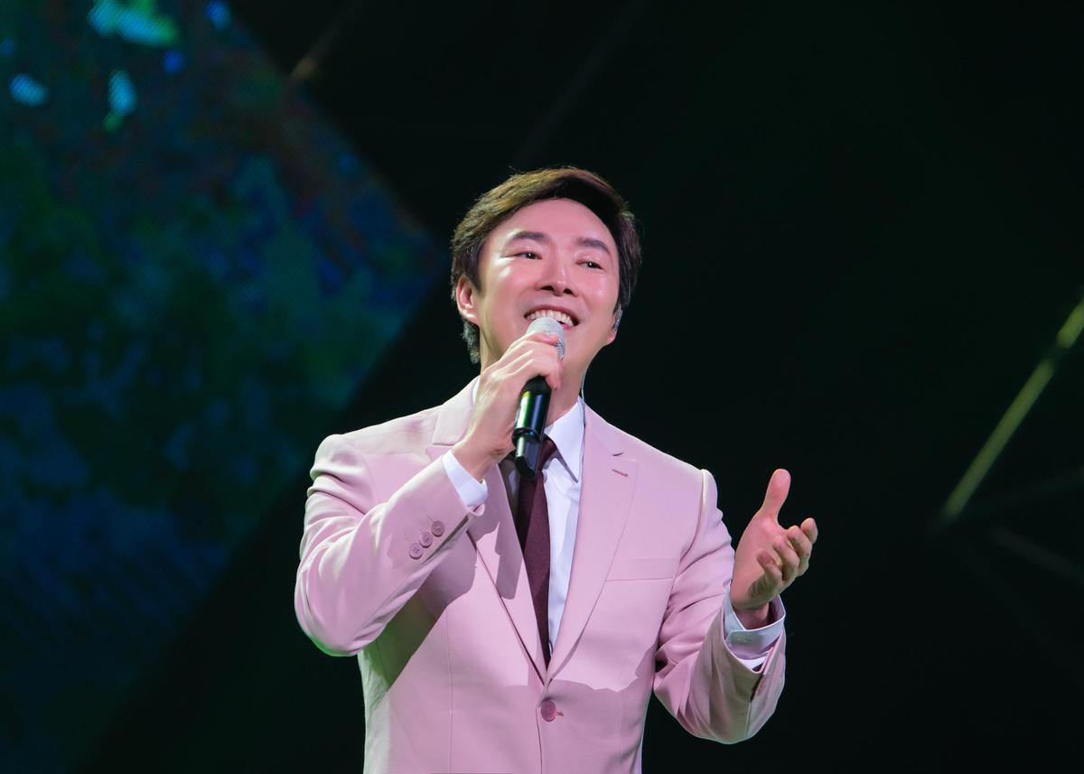 費玉清演唱〈原鄉人〉等作品,也唱了江蕙的〈落雨聲〉獻給天上的母親。(寬宏藝術提供)