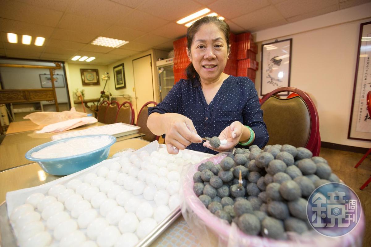 手工湯圓工序繁複,曹愛琴從小幫忙母親包湯圓,練得一手好功夫。