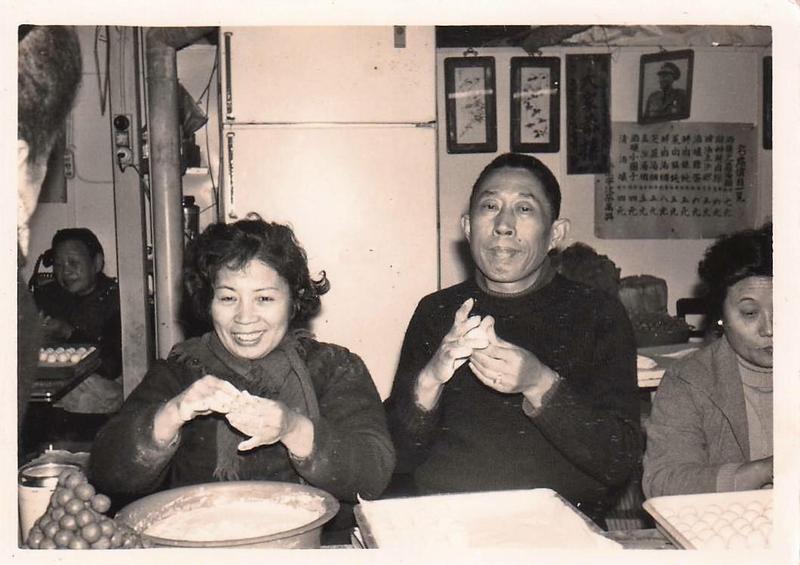 第一代創辦人曹國財(右)與周夏珍(左)擅長製作湯圓小點。(曹愛琴提供)