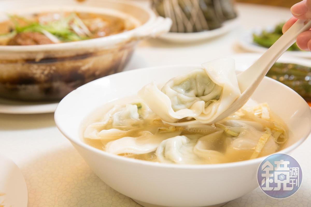 招牌菜肉餛飩將青江菜快速川燙後冰鎮去除澀味,加入絞肉製成內餡,包進特製大張厚餛飩皮,包成元寶形狀。(95元/6粒)