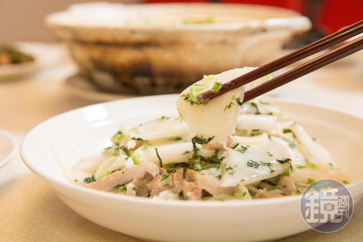 招牌小點寧波年糕用壽司米製做,手工切成厚薄一致,炒入雪菜肉絲。(155元/份)