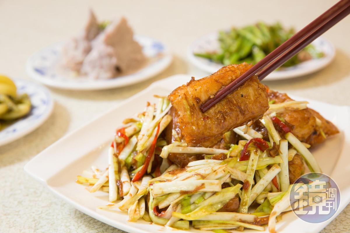 招牌料理百花金條將蝦肉泥鑲入油條內酥炸,再佐鮮嫩韭黃以大火快炒,鮮香開胃。(450元/份)