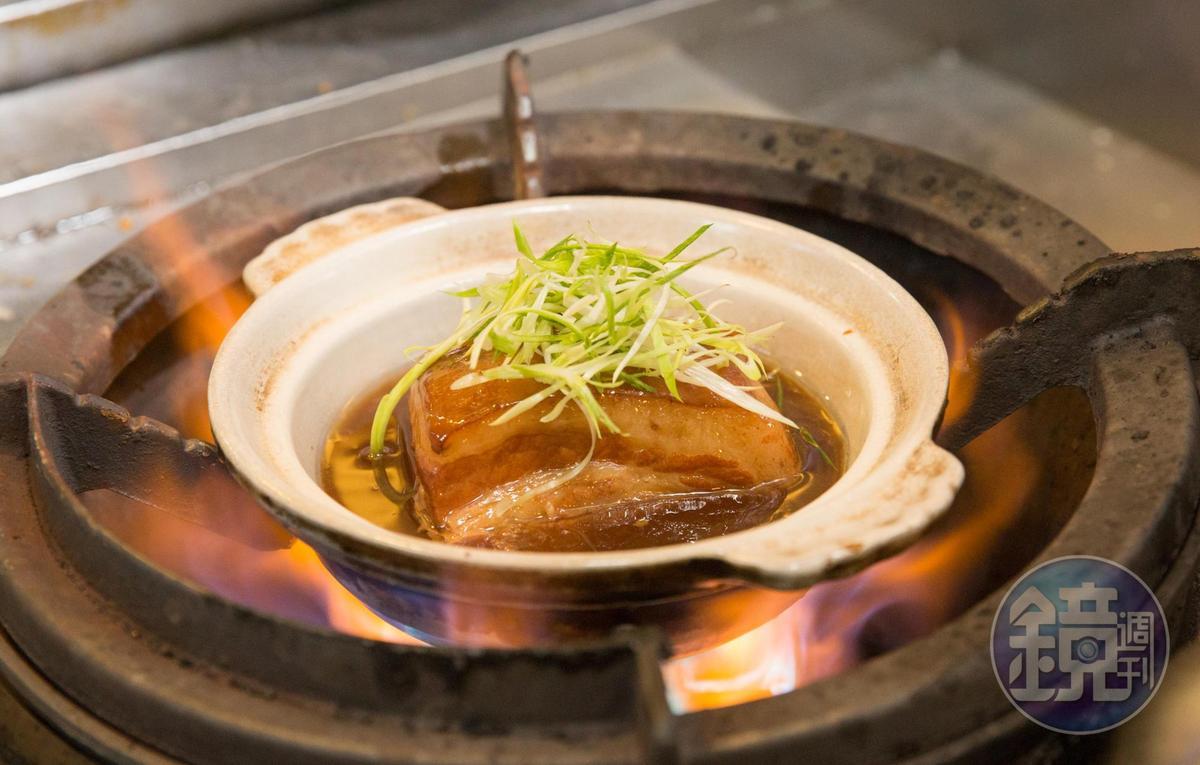 蘇杭東坡肉在滷之前會先以清水煮出油脂,滷煮時加入紫米水,肥潤不膩還帶著淡淡米香。(450元/份,附4個夾餅)