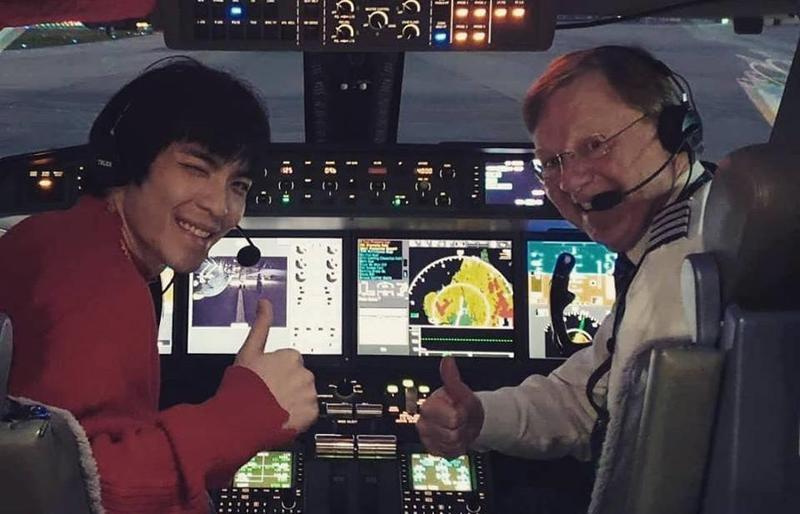 蕭敬騰在臉書po出自己坐在機艙駕駛座的「機師照」,身旁還有一名機長陪同。(翻攝自蕭敬騰臉書)