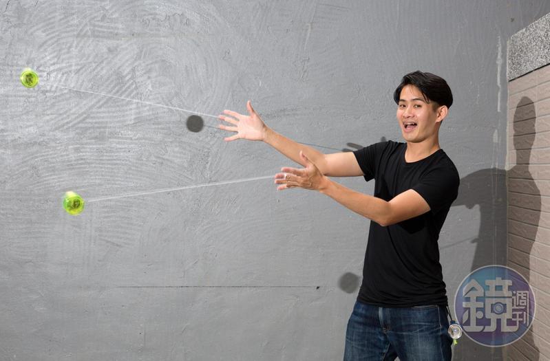 楊元慶隨時隨地都在玩溜溜球,他為我們重現舊照裡的招式。