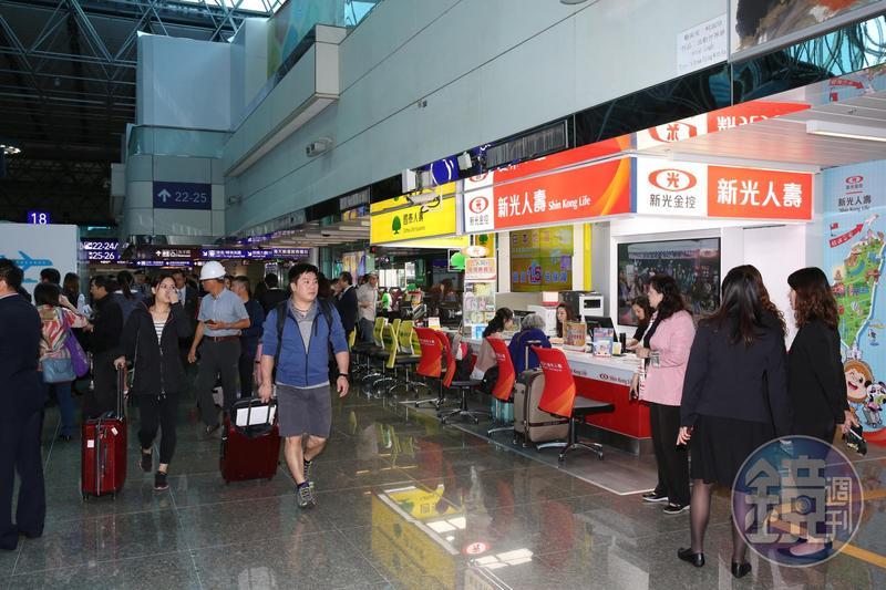 來不及上網買旅平險,機場的保險櫃檯投保也很方便。