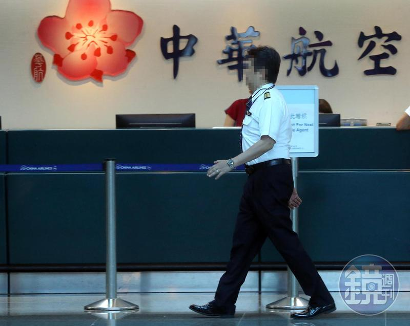 有名自稱華航退休總機師的網友撰文批評罷工缺乏合理性。