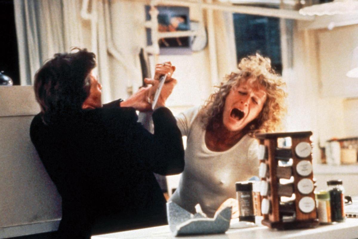 葛倫在《致命的吸引力》(上圖)變態小三角色後,常扮惡女,《101真狗》(右圖)的庫伊拉號稱迪士尼最邪惡女人,也被她演得活靈活現。