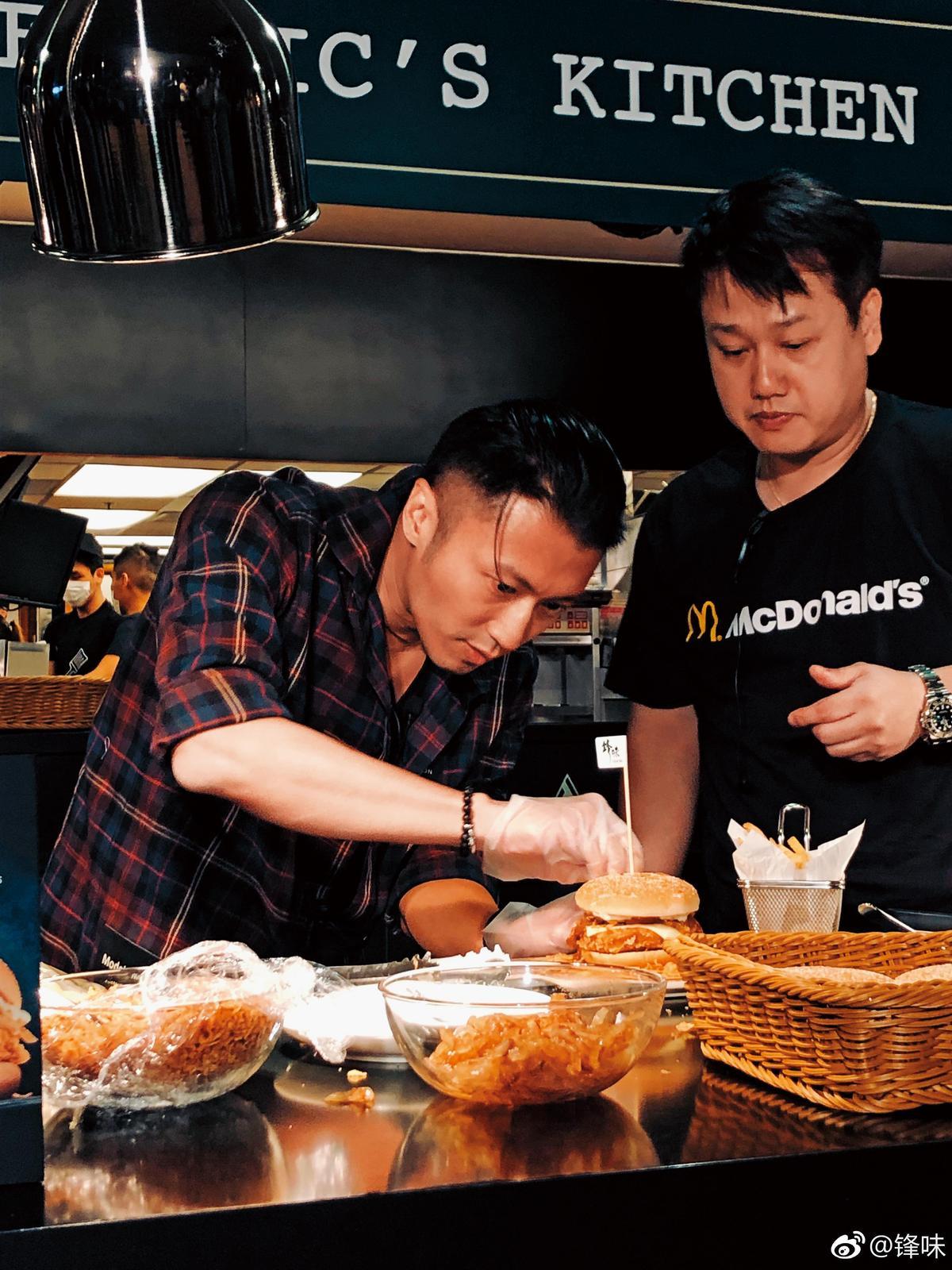 謝霆鋒(左)近年成新一代食神,下廚時模樣帥氣,成為網路話題。(翻攝自謝霆鋒微博)