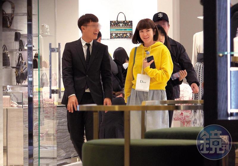 1月20日 20:18,陸元琪走進精品店,可以看出她為了妝扮自己外型的決心。