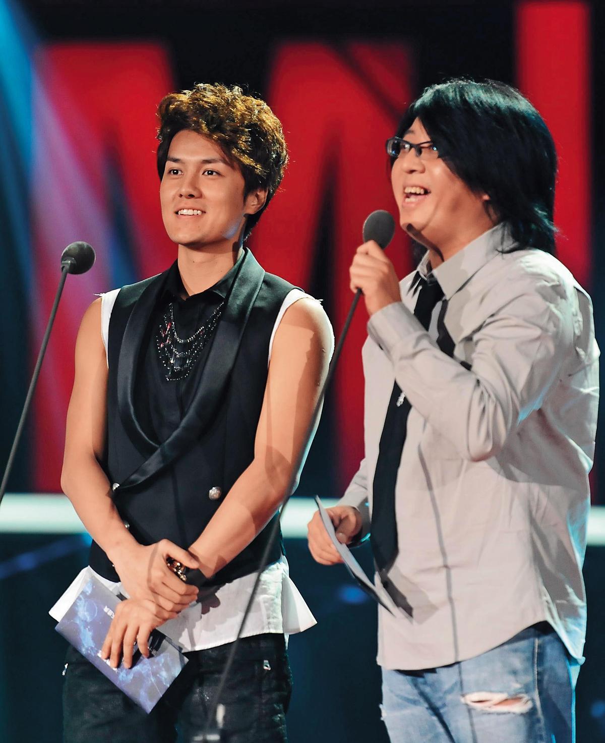 靠著當歌唱節目評審,袁惟仁找到自己歌唱事業的新方向。左為吳克群。(東方IC)