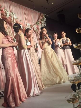 前年麻衣和昔日少女團體成員一同參加愛紗婚禮,眾人在台上一度喜極而泣。(翻攝自麻衣臉書)