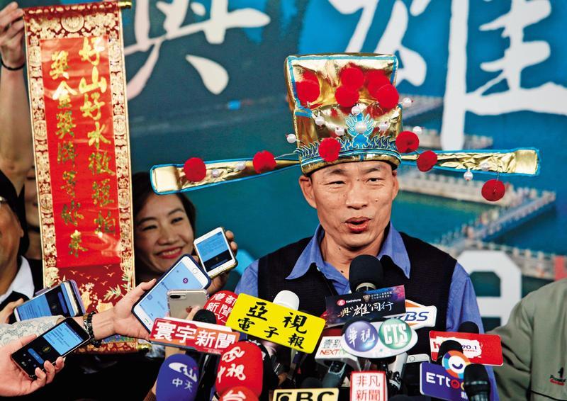 韓國瑜就職滿月扮起財神爺推廣觀光時說,高雄急著發大財。(東方IC)