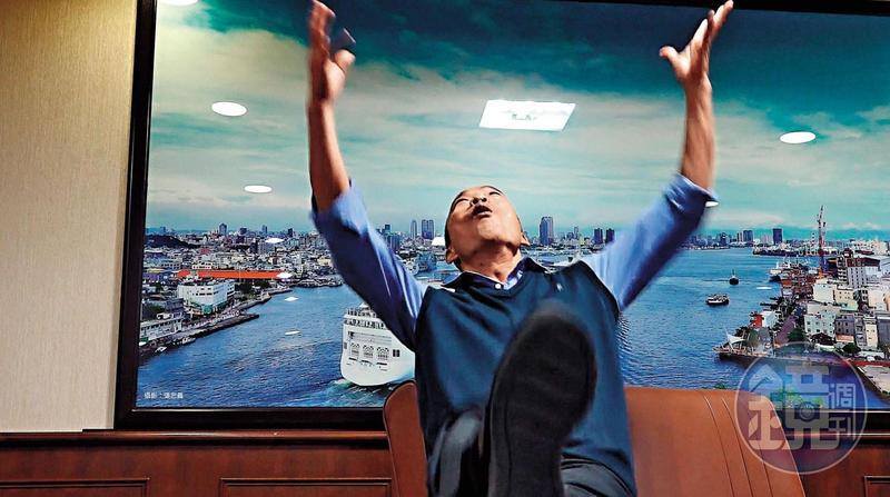 韓國瑜在接受本刊專訪時,重提國民黨四大天王打麻將神比喻,不禁情緒高漲到把腳高高抬起、身體仰天。