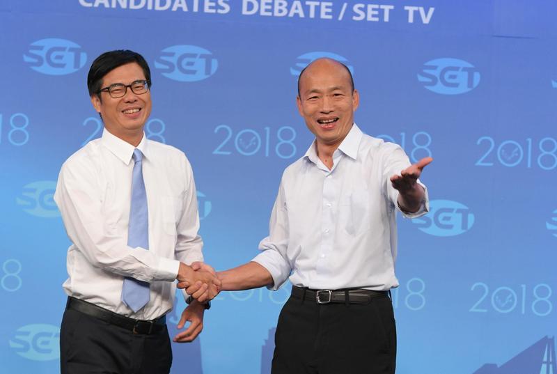 前對手陳其邁(左)如今成為行政院副院長,韓國瑜(右)與陳其邁互動備受關注。(三立提供)