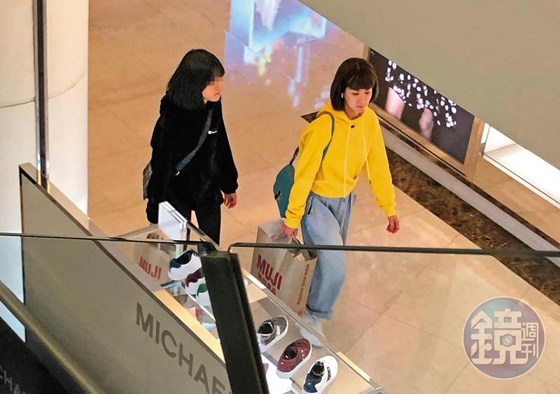 1月20日 17:04,雖然陸元琪常在節目上喊著還債辛苦,但也不忘逛逛高檔百貨公司。