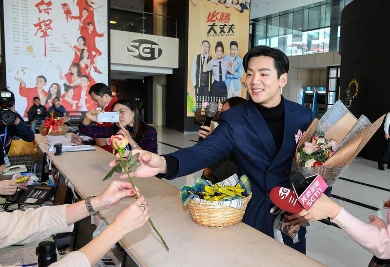 禾浩辰送花送巧克力,迷昏許多女性粉絲。(三立提供)