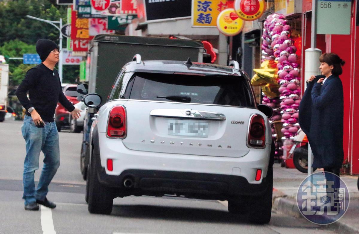 1月21日,15:40,陸元琪那輛白色的車,由毛帽男熟門熟路充當駕駛。