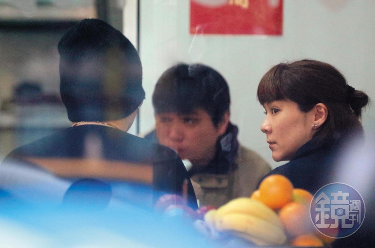 1月21日,15:44,3人入座用餐,陸元琪跟毛帽男很自然地相鄰而坐。