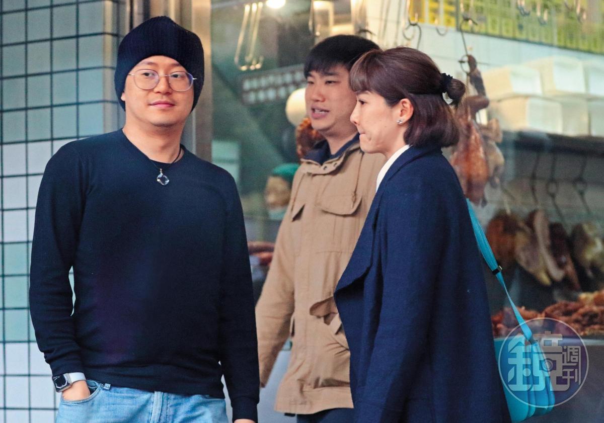 1月21日,16:06,吃完飯後,陸元琪(右)與毛帽男(左)還有一名男電燈泡卡其哥(中)步出餐廳,可以看出毛帽男比陸元琪年輕。