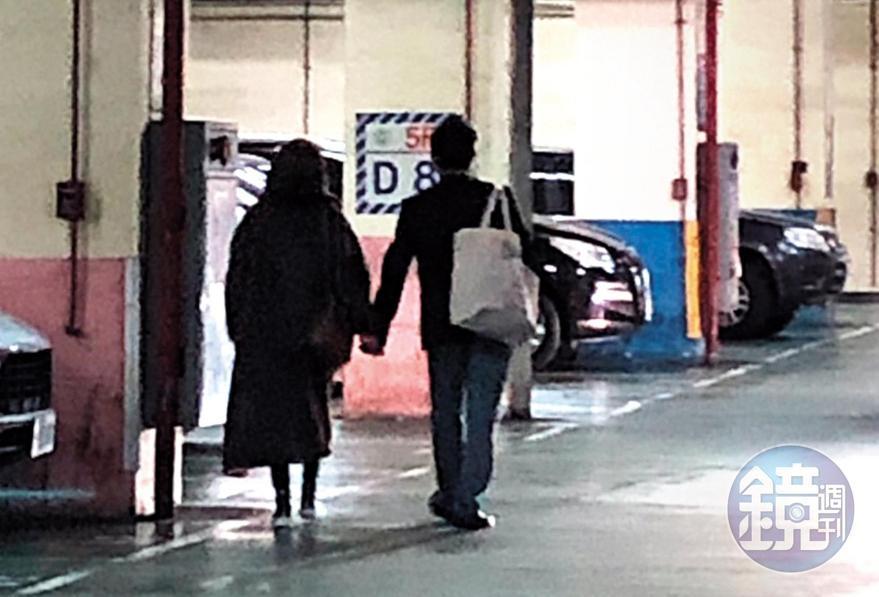 1月29日,20:39,走進停車場時,之前的毛帽男情不自禁地牽著陸元琪的手,顯得浪漫。