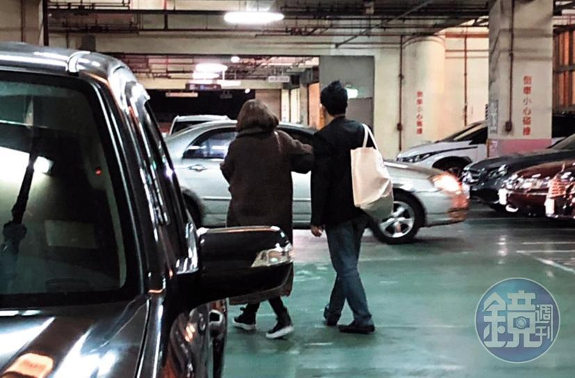 1月29日,20:40,陸元琪跟毛帽男的肢體互動,完全呈現一種穩定交往很有默契的的狀態。