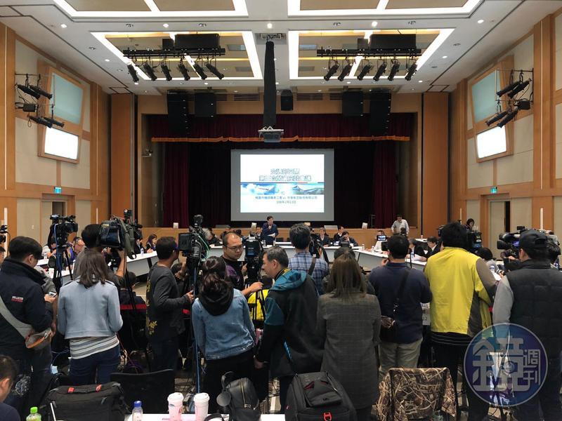 台灣史上第一次的「紅眼談判」,徹夜攻防跨出一大步!華航勞資雙方終於初步達成第一項有關「疲勞航班增加派遣人力」的共識。