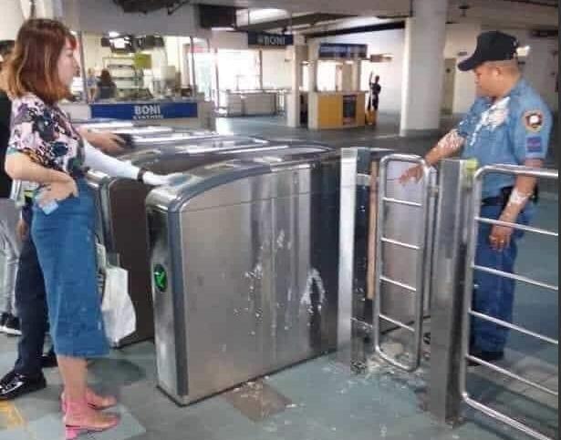 陸籍女大生用豆花潑菲律賓警方,引發眾怒。(翻攝自Divine Reyes推特)