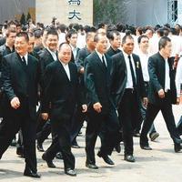 天道盟第3任盟主綽號「蕭濟公」的蕭澤宏,近日因肺腺癌病逝享壽69歲,圖為黑道喪禮。(翻攝自華人百科)