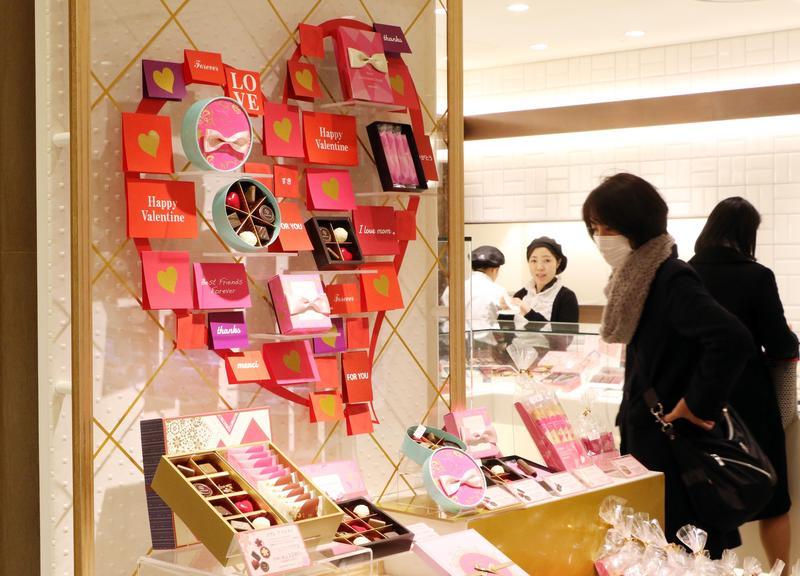 日本由女性贈送男性「義理巧克力」的文化傳統,逐漸受到質疑。(東方IC)
