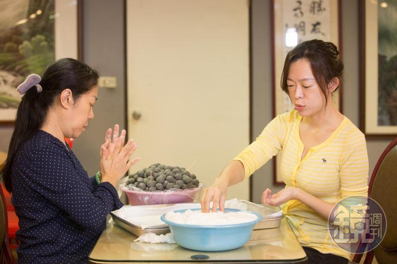 手工湯圓是蔡萬興老店的招牌,第二代曹愛琴與女兒洪慈卿合力製作。