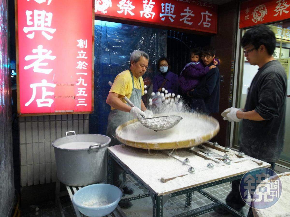 每年農曆初十起,師傅們在店外現搖元宵,吸引消費者。(曹愛琴提供)