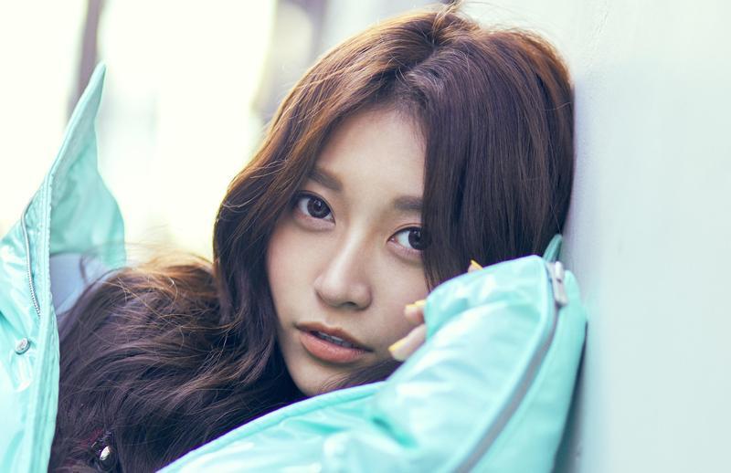 在IG、臉書擁有45萬粉絲的「國民女友」祈錦鈅(小鈅),推出首支新單曲〈比心小幸福〉。(Webtvasia Taiwan提供)