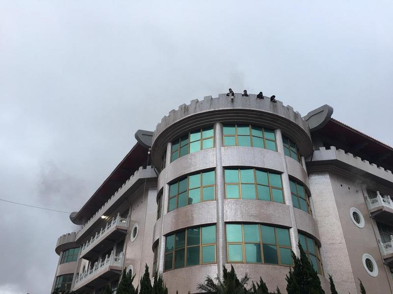 今(13)日下午文化大學發生火警多名師生受困樓頂。(翻攝畫面)