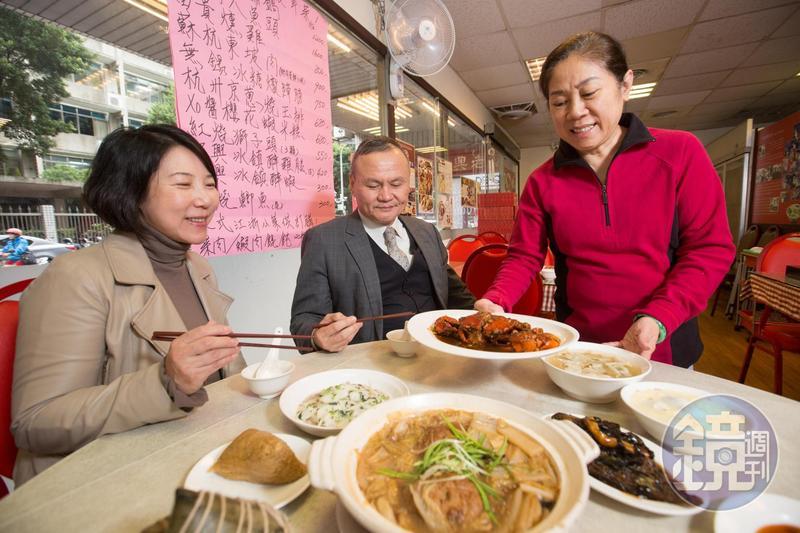 蔡萬興老店以江浙菜與寧波點心聞名,第二代負責人曹愛琴(中)堅持守住老滋味。