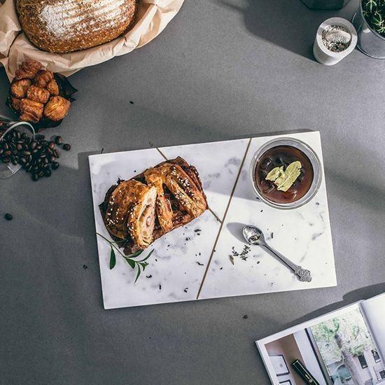 溫潤典雅的大理石長方盤可作麵包盤或點心盤。(圖:Marais 瑪黑家居選物提供)
