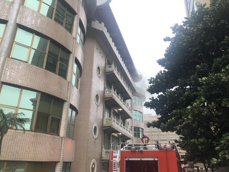 文化大學大典館火警,消防隊馳援。(北市消防局提供)