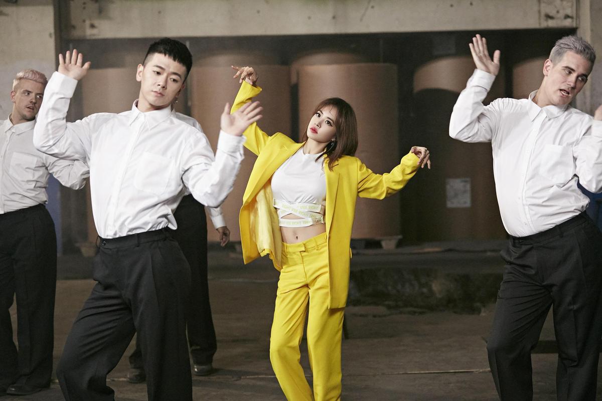 〈玫瑰少年〉舞蹈版用鮮明的造型顏色突顯歌曲主題、加上舞蹈反應歌詞意義。(索尼唱片提供)